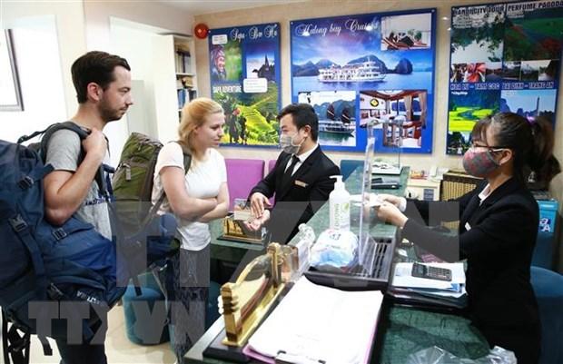 Refuerza Hanoi el control de turistas procedentes de zonas afectadas por el COVID-19 hinh anh 1