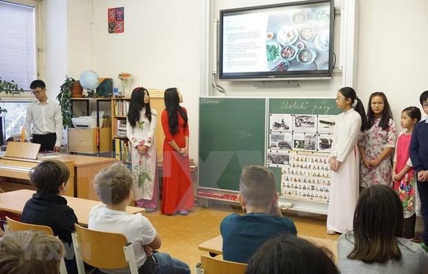 Estudiantes checos se acercan a la cultura de Vietnam hinh anh 1