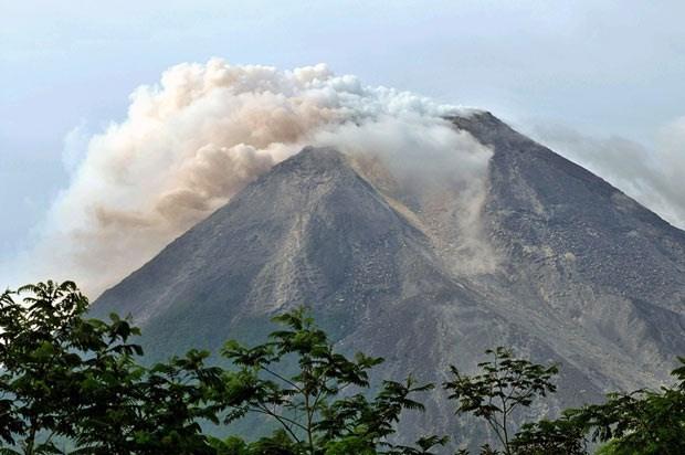 Erupcion volcanica obliga a cierre de aeropuerto en Indonesia hinh anh 1