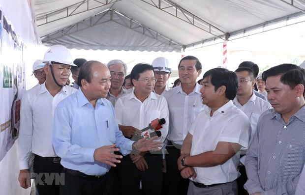 Inspecciona premier de Vietnam construccion de obra de transporte clave en region meridional hinh anh 1
