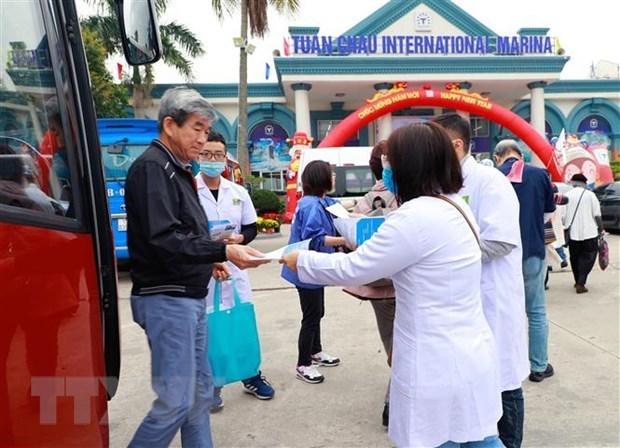 Quang Ninh suspende recorridos por bahias y sitios de reliquias hinh anh 1
