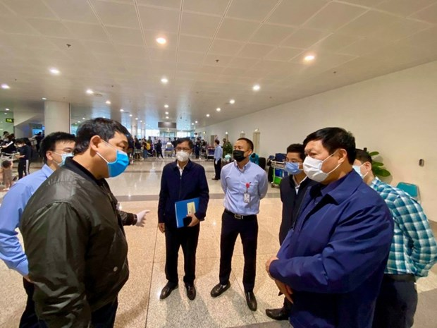 Inspeccionan prevencion de COVID-19 en el aeropuerto internacional de Noi Bai hinh anh 1