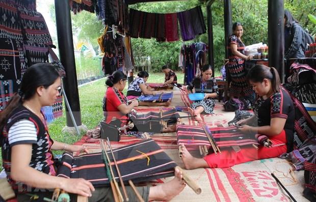 Brocado de la minoria Ta Oi mantiene viva su tradicion en Vietnam hinh anh 1