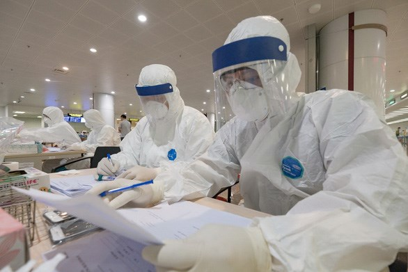 Anuncian en Vietnam primeras funcionarias medicas contagiadas por COVID-19 hinh anh 1