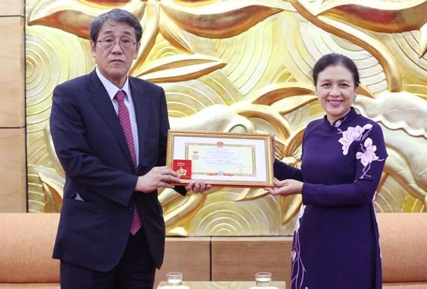 Honran a saliente embajador japones en Hanoi con insignia de amistad hinh anh 1