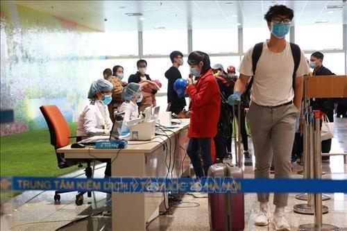 Pasajeros deben realizar declaraciones medicas antes de subir a vuelos domesticos en Vietnam hinh anh 1