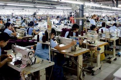 Trabajadores textiles de Camboya sufren graves afectaciones por epidemia de COVID-19 hinh anh 1