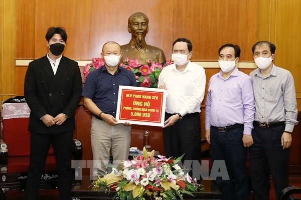 Entrenador de futbol Park Hang Seo contribuye a la lucha contra coronavirus en Vietnam hinh anh 1
