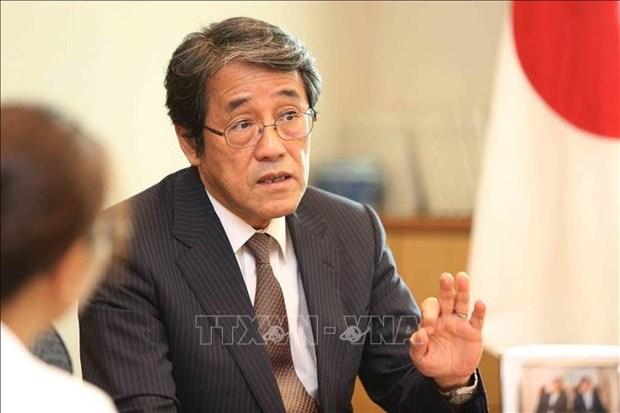 Condecora Vietnam a diplomatico japones con sello conmemorativo hinh anh 1