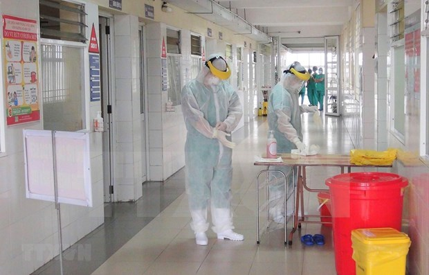 Mejoran estado de salud de tres graves pacientes del COVID-19 hinh anh 1