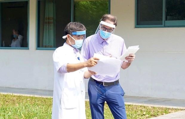 Dan de alta a paciente britanico de COVID-19 en provincia central de Vietnam hinh anh 1