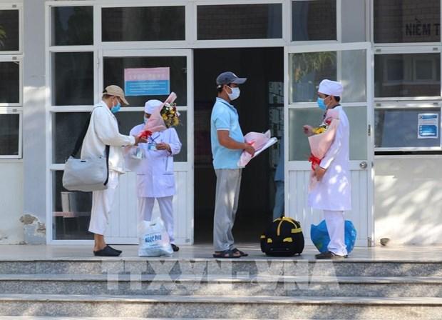 Pacientes de COVID-19 reciben alta medica en provincia vietnamita hinh anh 1