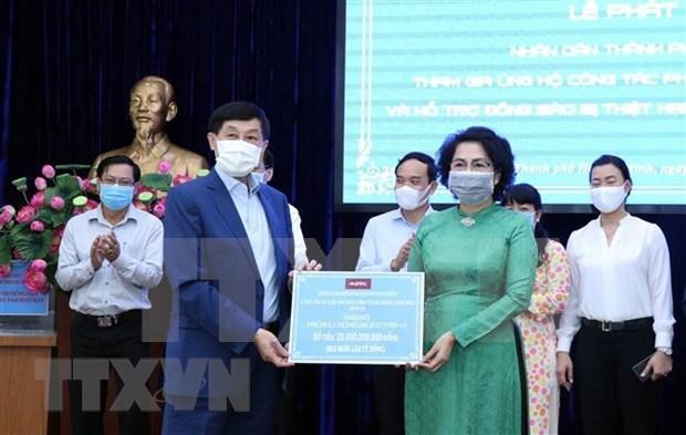 Residentes de Ciudad Ho Chi Minh unen manos para combatir COVID-19 hinh anh 1