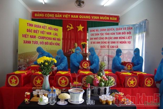 Repatrian restos de 21 combatientes voluntarios vietnamitas en Laos y Camboya hinh anh 1