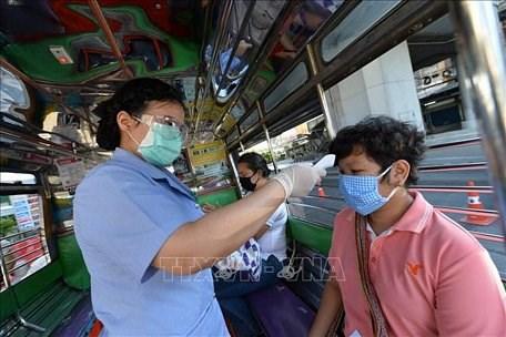 Tailandia detiene a infractores de toque de queda hinh anh 1
