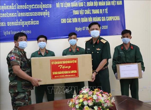 Zona militar 7 de Vietnam dona suministros medicos a Ejercito Real de Camboya hinh anh 1