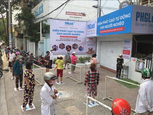 Reparten en Ciudad Ho Chi Minh arroz gratuito para asistir a los afectados por COVID-19 hinh anh 1