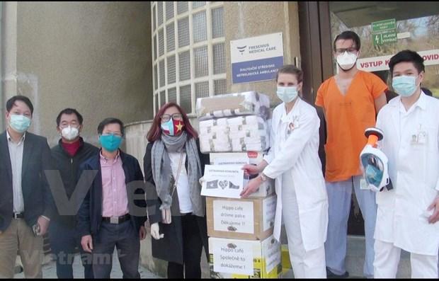 Vietnamitas donan miles de articulos medicos a hospitales checos hinh anh 1