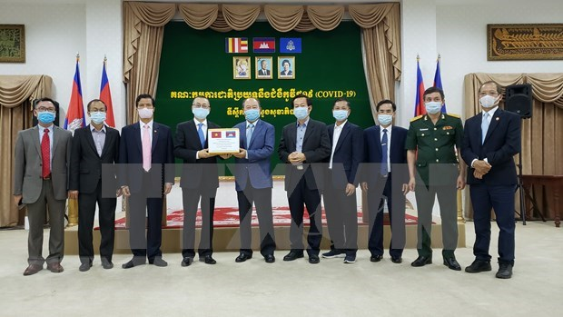 Vietnam dona equipos medicos a Camboya para lucha contra el COVID-19 hinh anh 1