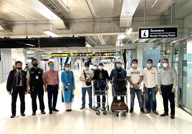 Repatrian a siete ciudadanos vietnamitas varados en aeropuerto tailandes hinh anh 1