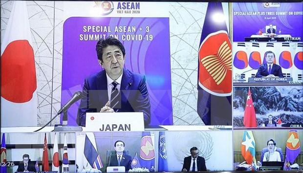 """Cooperacion ASEAN-Asia Oriental es la """"llave"""" para hacer frente al COVID-19, afirma premier japones hinh anh 1"""
