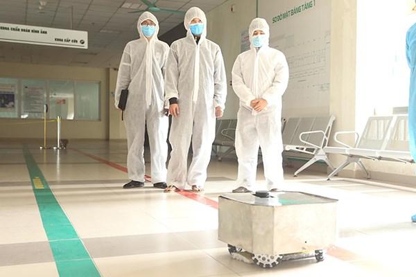 Vietnam fabrica robot de desinfeccion en areas de cuarentena hinh anh 1