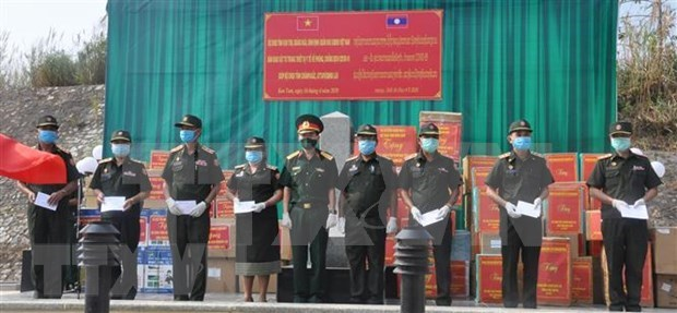 Unidades militares de Vietnam donan suministros medicos a localidades laosianas hinh anh 1