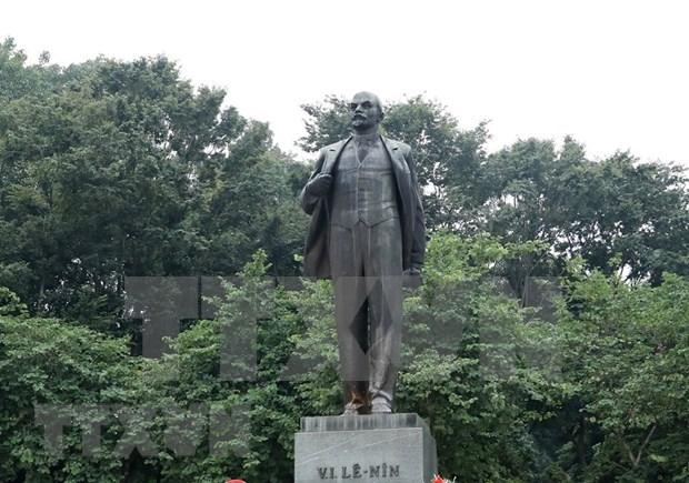 Dirigentes partidistas y estatales de Vietnam rinden tributo a Lenin en Hanoi hinh anh 1