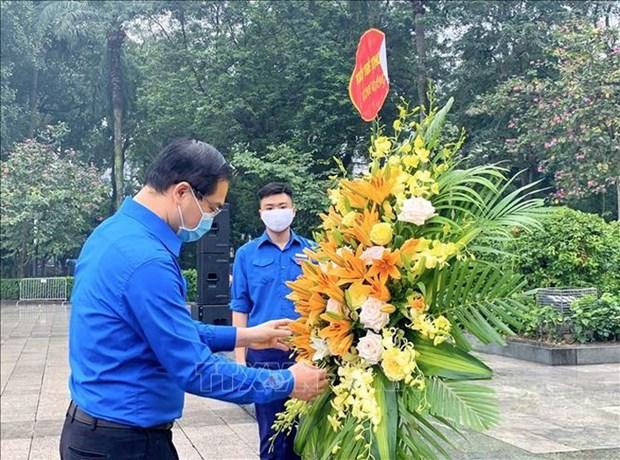 Jovenes de Hanoi rinden homenaje a Lenin hinh anh 1