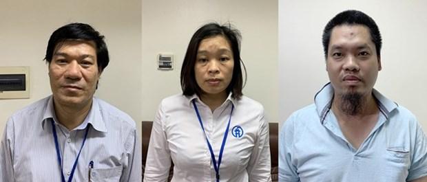 Arrestado director de centro sanitario de Hanoi por irregularidades en compra de equipos contra el COVID-19 hinh anh 1