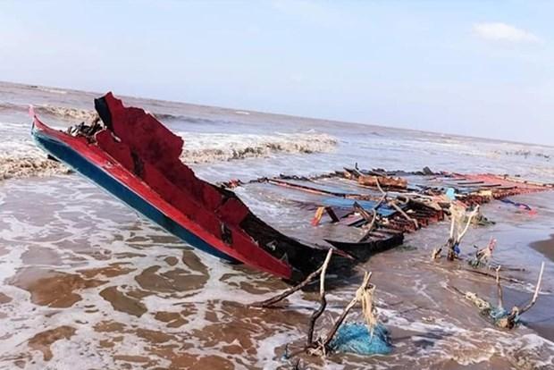 Rescatan en Vietnam a marineros indonesios tras accidente hinh anh 1