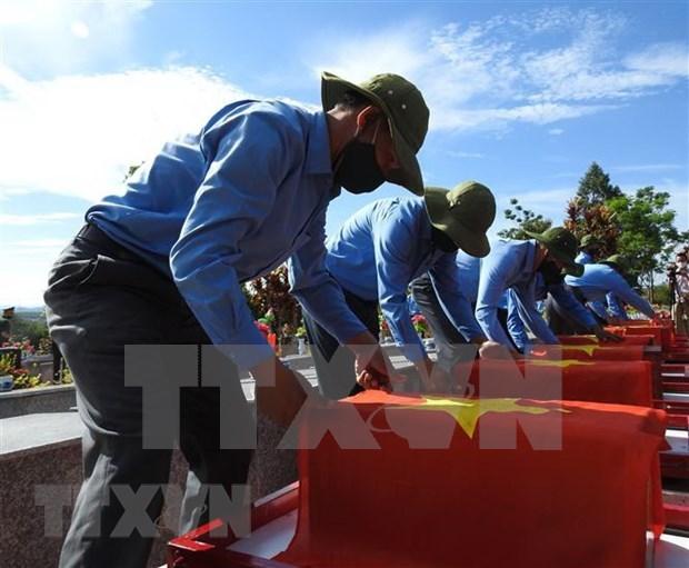 Entierran restos de combatientes voluntarios vietnamitas caidos en Camboya hinh anh 1