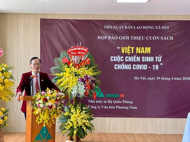 Publican libro sobre la batalla contra COVID-19 de Vietnam hinh anh 1