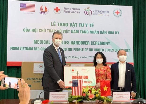 Dona Cruz Roja de Vietnam insumos medicos a Estados Unidos hinh anh 1