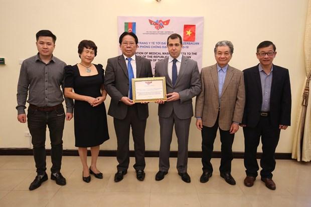 Vietnam brinda 10 mil mascarillas sanitarias al pueblo de Azerbaiyan hinh anh 1