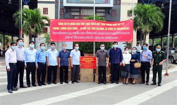 Provincia vietnamita apoya con suministros a localidad laosiana para frenar el COVID-19 hinh anh 1