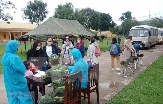 Thanh Hoa realiza pruebas para la deteccion de SARS-CoV-2 a 161 vietnamitas regresados del extranjero hinh anh 1