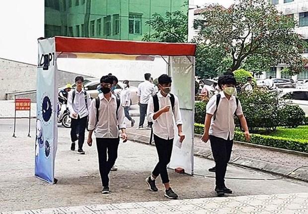 Disenan estudiantes vietnamitas arco de desinfeccion para el COVID-19 hinh anh 1
