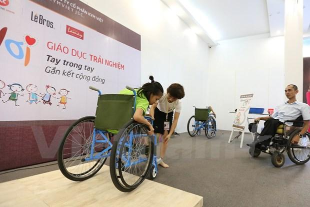 Entregan sillas de ruedas a discapacitados en provincia surena de Vietnam hinh anh 1
