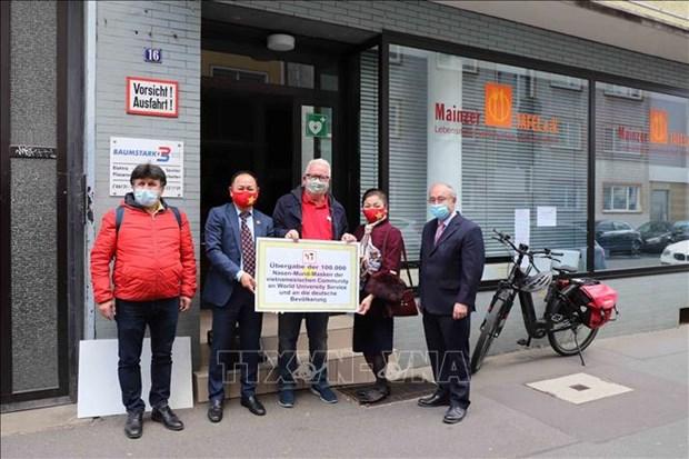 Comunidad vietnamita dona 100 mil mascaras sanitarias para 16 estados de Alemania hinh anh 1
