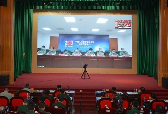 Medicina militar de Vietnam y China comparten experiencias en control del COVID-19 hinh anh 1