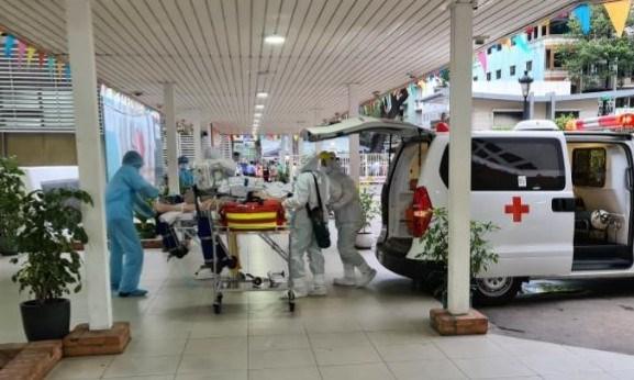 Traslado el paciente mas grave en Vietnam, tras 6 veces dar negativo por coronavirus hinh anh 1