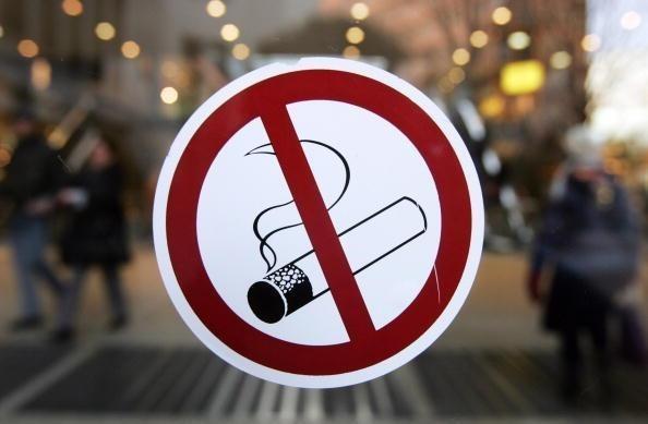 Fumar tabaco aumenta riesgo del contagio de epidemia COVID -19 en comunidad hinh anh 1