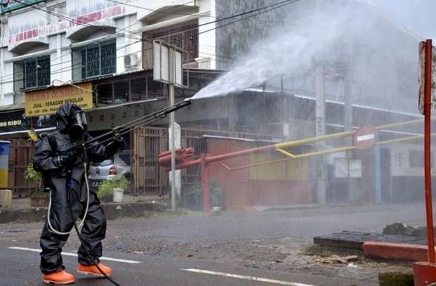 Indonesia prolongara estado de emergencia nacional por COVID-19 hinh anh 1