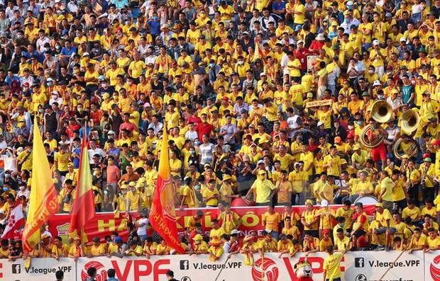 Regreso de futbol vietnamita con publico en las gradas sorprende a medios internacionales hinh anh 1