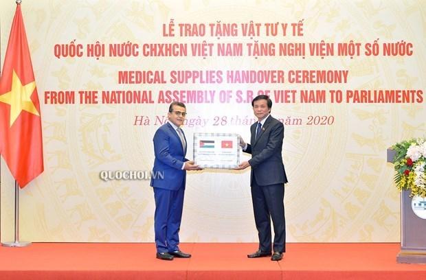 Presenta Asamblea Nacional de Vietnam suministros medicos a parlamentos de paises de Africa y Oriente Medio hinh anh 1