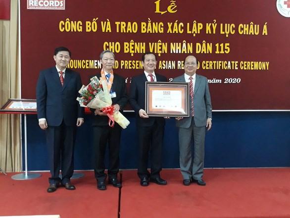 Hospital vietnamita logra tres records de Asia por cirugia y tratamiento de tumor cerebral hinh anh 1