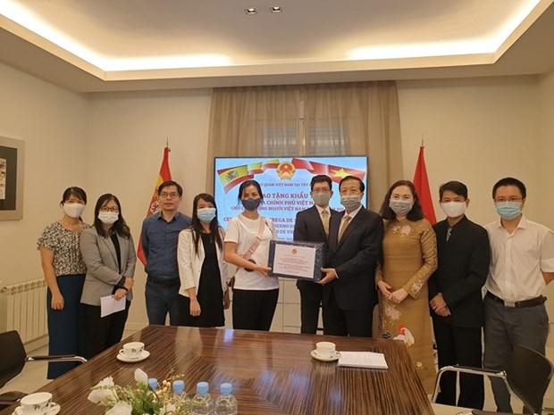 Gobierno vietnamita entrega mascarillas antibacterianas a compatriotas residentes en Espana hinh anh 1