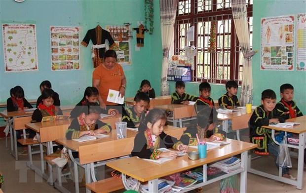 Dirigente vietnamita entrega regalos a escolares en areas montanosas en Dia Mundial del Nino hinh anh 1