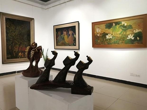 Exposicion de pinturas de laca acapara atencion del publico en Hanoi hinh anh 1